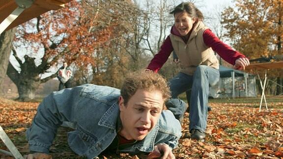 Panisch läuft Birte (Doreen Dietel) zu Tim (Moritz Führmann), der von ihrem ungesichertem Armbrustpfeil getroffen wurde.