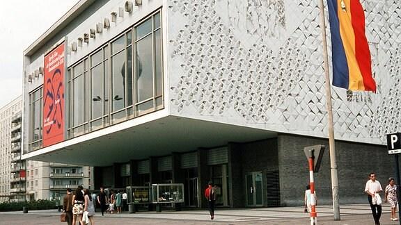 Blick auf das Kino-International in der Karl-Marx-Allee in Ost-Berlin (DDR).
