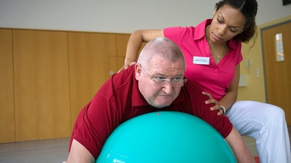 Krause müht sich auf einem Gymnastikball ab