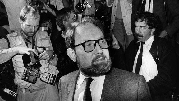 """Der ehemalige """"Stern"""" Reporter Gerd Heidemann kurz vor der Urteilsverkündung am 08.07.1985 im Landgericht Hamburg. Er wurde wegen schweren Betrugs im Fall der gefälschten Hitler-Tagebücher zu vier Jahren und acht Monaten Freiheitsstrafe verurtei"""