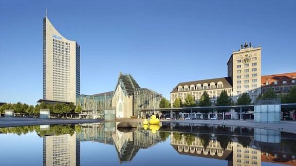 Augustusplatz, City-Hochhaus, Augusteum und Paulinum der Universität, Krochhochhaus, Wasserspiegelung in Wasserbassin.