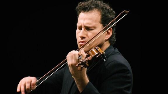 Ein Geigenspieler beim Spiel mit emotionalen Gesichtsausdruck