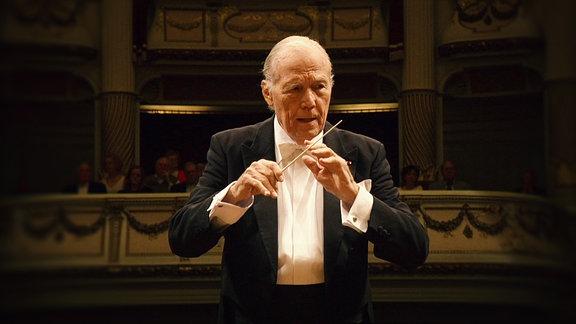 Ein dirigent bei der Arbeit in Oper