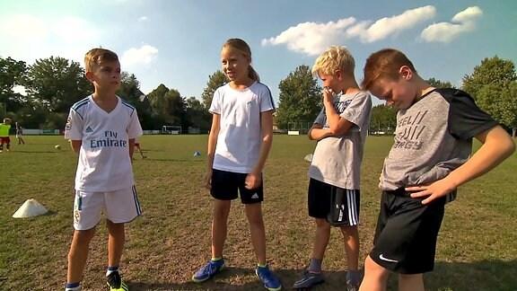 Vier junge FussballerInnen auf dem Platz
