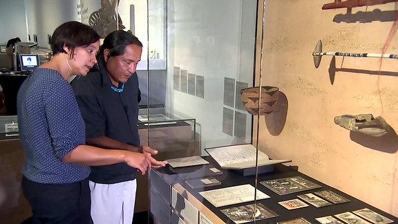 Ein Indianer in der Indianerausstellung