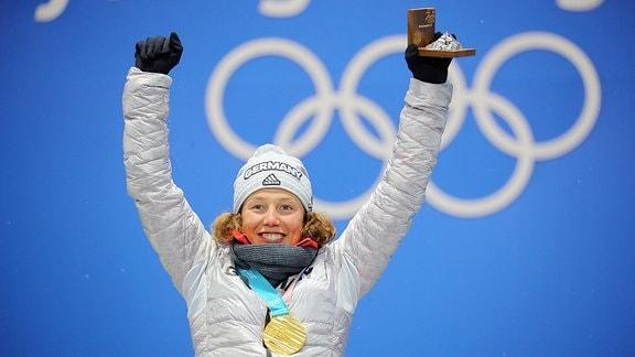Laura Dahlmeier aus Deutschland jubelt über ihre zweite Goldmedaille bei der Medaillenvergabe auf dem Podium.