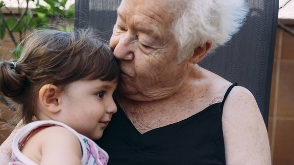 Großmutter küsst Enkelkind