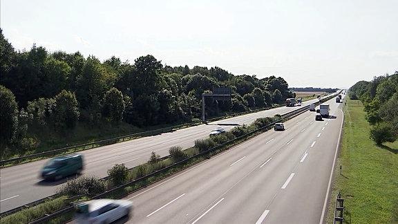 Autos fahren auf einer Autobahn.