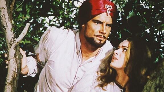 Ein Mann und eine junge Frau verstecken sich in einem Baum