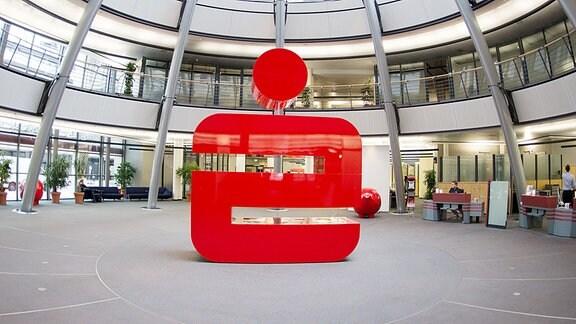 Das Logo der Sparkasse steht in einer Filiale der Sparkasse.