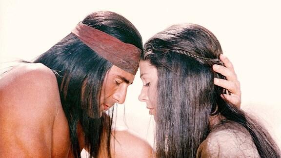 Ein Mann und eine Frau lehnen ihre Köpfe aneinander und haben ihre augen geschlossen