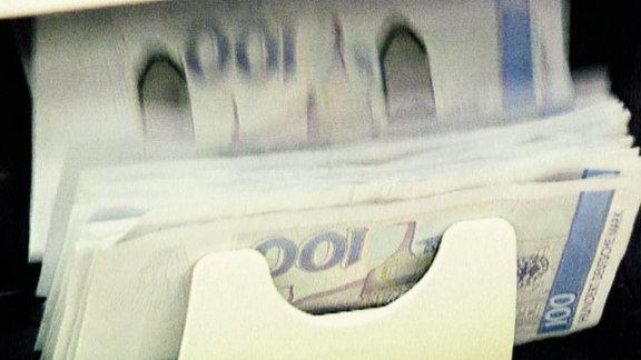Eine Geldzählmaschine mit 100 D-Mark Noten