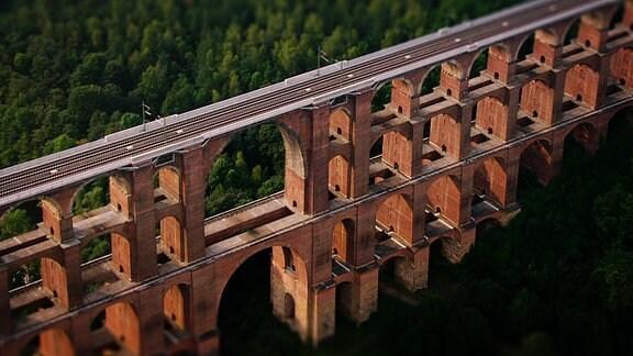 Luftaufnahme von Europas größter Ziegelbrücke