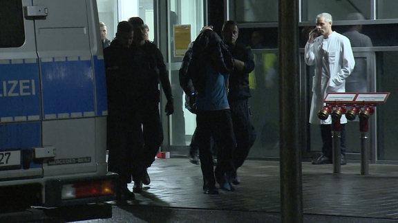 Täter wird von Polizei abgeführt