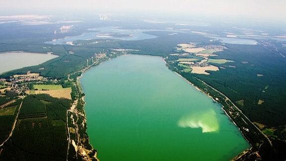 Luftbild eines ehemaligen Tagebaus, welcher geflutet wurde