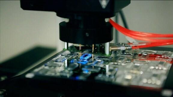 Ein Maschine stellt eine Platine her.