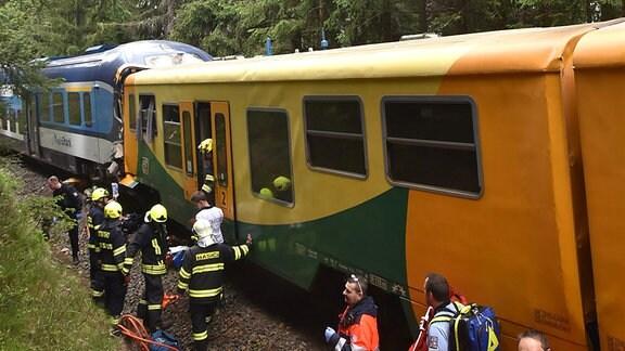 Rettungskräfte an einer Unfallstelle mit zwei Zügen
