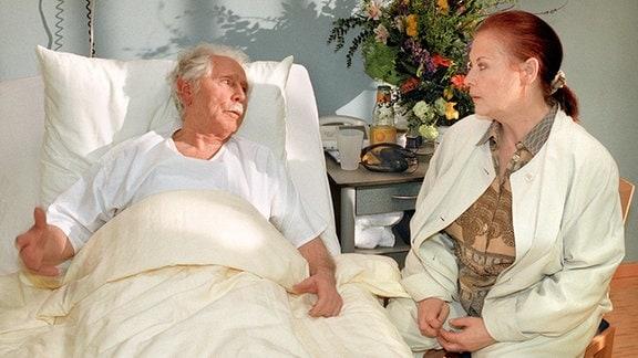 Friedrich Steinbach hat seine Augenoperation gut überstanden. Über den Besuch von Charlotte Gauss freut er sich ganz besonders.