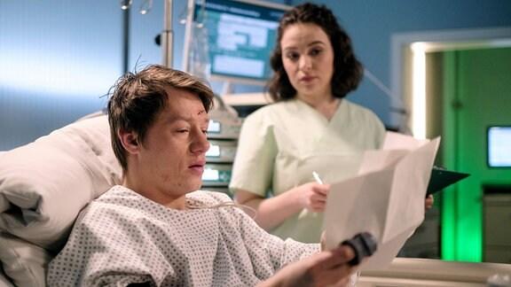 Pepe Kleinert (Vincent Krüger) hat seine Löffelliste fertig und liest Schwester Jasmin Hatem (Leslie-Vanessa Lill) einige Punkte vor, die er noch tun möchte, bevor er sterben muss.