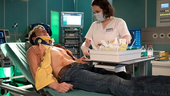 Dr. Roland Heilmann hat bei Pepe Kleinert (Vincent Krüger) eine gelbe Verfärbung in den Augen festgestellt, die wahrscheinlich nichts mit seinem Autounfall zu tun hat. Um das abzuklären, soll Schwester Jasmin Hatem (Leslie-Vanessa Lill) ihm Blut abnehmen.