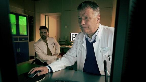 Die erste Begegnung zwischen Dr. Roland Heilmann (Thomas Rühmann, re.) und Dr. Ilay Demir (Tan Caglar, li.) läuft eher angespannt als harmonisch. Roland hat schon einiges von dem neuen Viszeralchirurgen gehört.