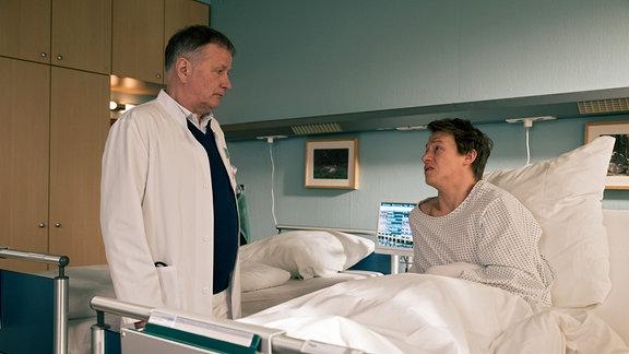 Pepe Kleinert (Vincent Krüger, re.) hat einen ziemlich großen Tumor im Bauchraum, den Dr. Roland Heilmann (Thomas Rühmann, li.) operativ entfernen muss. Für den nicht mal 30-Jährigen ist das ein Schock.