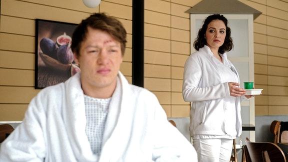 Pepe Kleinert (Vincent Krüger) hat einen ziemlich großen Tumor im Bauch und glaubt, nicht mehr lange zu leben. Schwester Jasmin Hatem (Leslie-Vanessa Lill) hat ihm geraten, eine sogenannte Löffelliste zu erstellen, mit allen Dingen, die er noch tun möchte.