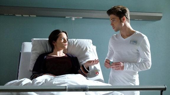 Sanna Lichtenhagen (Diane Willems) erzählt Kris Haas (Jascha Rust), dass sie Nicks Wunsch verstehen kann. Auch sie würde sich lieber für den selbstbestimmten Tod entscheiden, wenn es keine Hoffnung mehr gebe. Für Nick wird das alles zu viel und er läuft aus dem Zimmer.