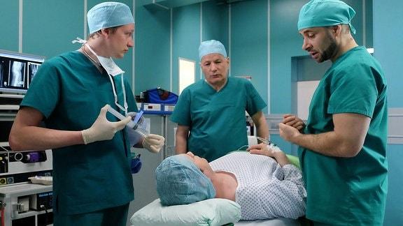 Dr. Matteo Moreau (Mike Adler, re.), der Handspezialist aus dem Erfurter Johannes-Thal-Klinikum, wird Dr. Philipp Brentano (Thomas Koch, liegend) operieren.