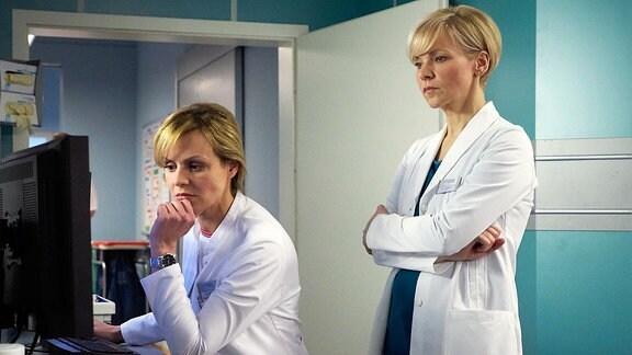 Zwei Ärztinnen schauen nachdenklich auf einen Computerbildschirm