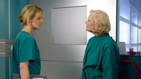 Eine Ärztin und eine Frau unterhalten sich im Krankehaus