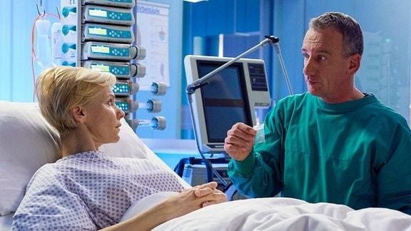 Alexander Weber (Heio von Stetten) macht Kathrin Globisch kurz vor der riskanten Operation an ihrem Herzen auf der Intensivstation einen Heiratsantrag.