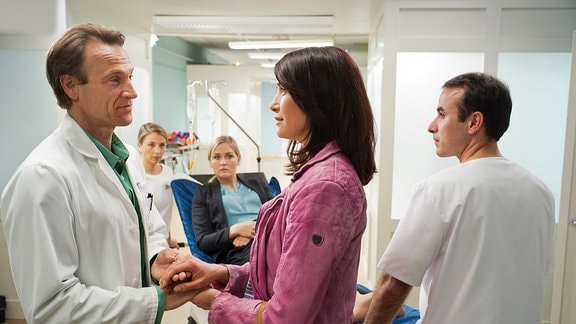 Antonia Bach (Claudia Mehnert, 2.v.re.) will Dr. Martin Stein (Bernhard Bettermann, li.) vom Dienst abholen.