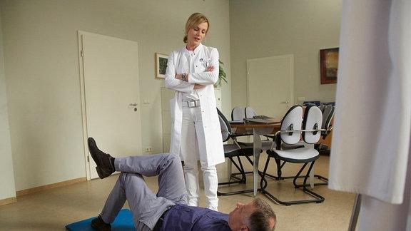 Dr. Lea Peters (Anja Nejarri) will sich bei Chefarzt Dr. Roland Heilmann (Thomas Rühmann) nach einem Assistenten für ihre nächste OP erkundigen.