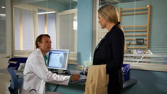 Dr. Martin Stein (Bernhard Bettermann) erfährt bei der Untersuchung von Nicole Lamprecht (Judith Hoersch) ganz nebenbei, dass sie und Martins Freundin Antonia einmal ein Paar waren.