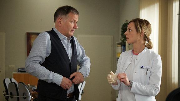 Dr. Roland Heilmann (Thomas Rühmann) hat Dr. Lea Peters (Anja Nejarri) zu sich gebeten. Er gesteht ihr, dass seine Schmerzen immer stärker werden und bittet sie, ihm ein Lokalanästhetikum zu spritzen.