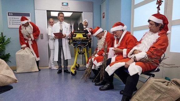 Dr. Rolf Kaminski (Udo Schenk, mi.) findet in der Notaufnahme eine etwas skurrile Situation vor: Sämtliche Weihnachtsmänner der Stadt scharen sich dort. Auf der Weihnachtsfeier der Vermittlungsagentur gab es scheinbar verdorbenen Eierpunsch. Weihnachtsmänner: Komparsen