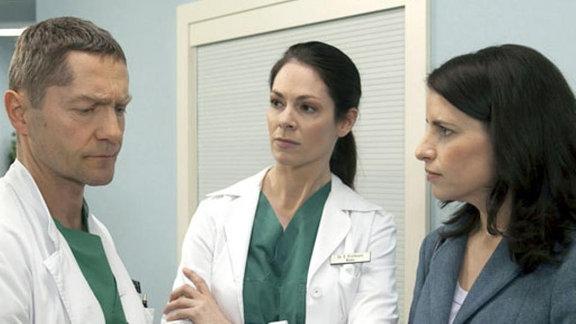 Die beiden Urologen Andrea Wollenberg und Dr. Kaminski treffen in der Klinik aufeinander. Dr. Elena Eichhorn fällt der harsche Ton zwischen beiden auf.