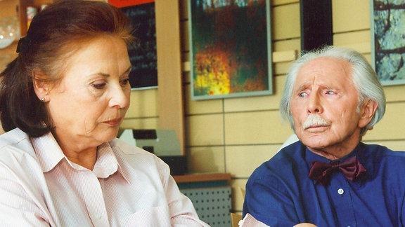 Der Haussegen hängt schief: Friedrich (Fred Delmare) hat herausgefunden, dass Charlotte (Ursula Karusseit) vortäuscht, dass sie eine Gastronomiekette und eine Villa besäße...