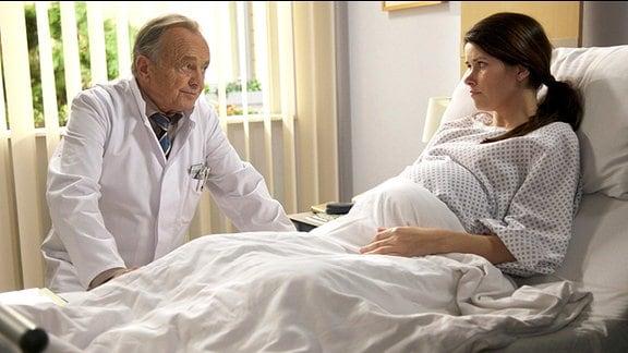Prof. Simonis (Dieter Bellmann) am Krankenbett seiner Tochter Rebecca (Melanie Isakowitz).