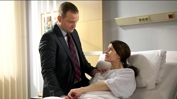 Rebecca erhält Besuch vom Vater ihres Kindes, Torsten Gehring (Björn Casapietra).