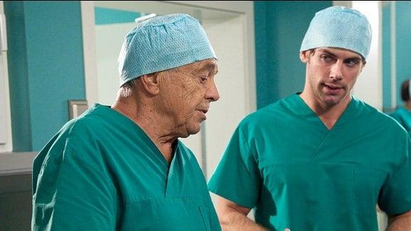 Prof. Simoni und Dr. Niklas Ahrend in OP-Kleidung.