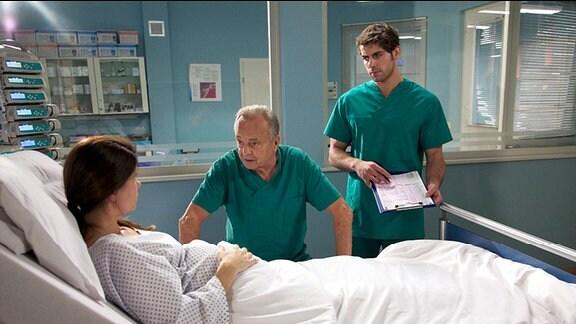 Prof. Simoni und Dr. Ahrend am Krankenbett von Rebecca.