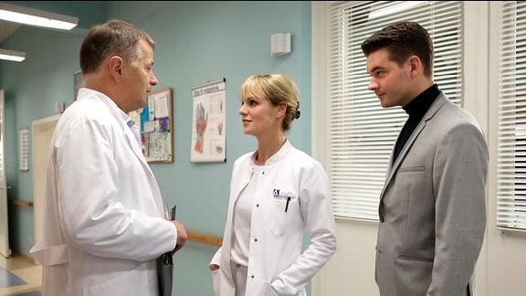 Er macht Sarah gegenüber seinen Unmut deutlich, ohne sein Wissen eine neue Ärztin eingestellt zu haben. Auch Brentano traut seinen Augen nicht, als er Lea in der Klinik über den Weg läuft.