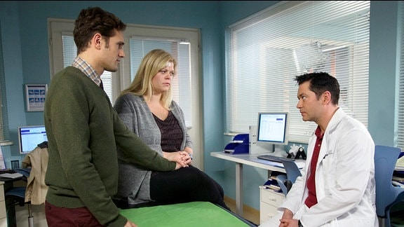 Bei einem Routine-CT wird in Carlas Kopf zufällig ein Aneurysma entdeckt, welches jederzeit platzen könnte. Das Aneurysma ist nach Dr. Brentanos Meinung inoperabel.