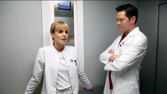 Dr. Brentano glaubt, dass das Risiko, dass Carla bei der OP sterben oder schwere Behinderungen erleiden könnte, zu groß sei. Dr. Lea Peters, die neue Ärztin in der Neurochirurgie, sieht das anders.