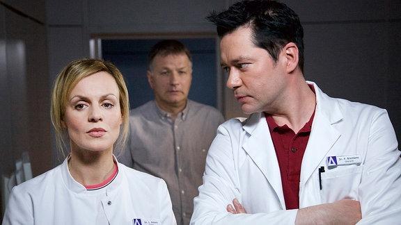 Dr. Lea Peters (Anja Nejarri), Dr. Roland Heilmann (Thomas Rühmann) und Dr. Philipp Brentano (Thomas Koch)
