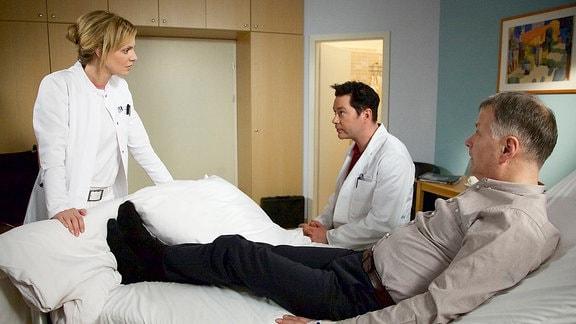 Dr. Lea Peters (Anja Nejarri), Dr. Philipp Brentano (Thomas Koch) und Dr. Roland Heilmanns (Thomas Rühmann)