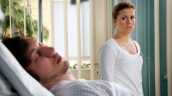 Mirko Weiß (Moritz Leu) wird nach einer Messerstecherei mit einer durchtrennten Oberschenkelarterie in die Sachsenklinik eingeliefert. Julia Weiß (Sarah Tkotsch) möchte nicht, dass jemand erfährt, dass Mirko ihr Bruder ist und auch von ihrer prekären familiären Situation.