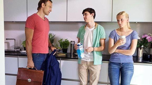 Martin Stein (Bernhard Bettermann, li.) spricht in der Küche mit seiner Tochter Marie (Henriette Zimmeck, re.) und Freund Steffen (Timon Wloka, mi.)